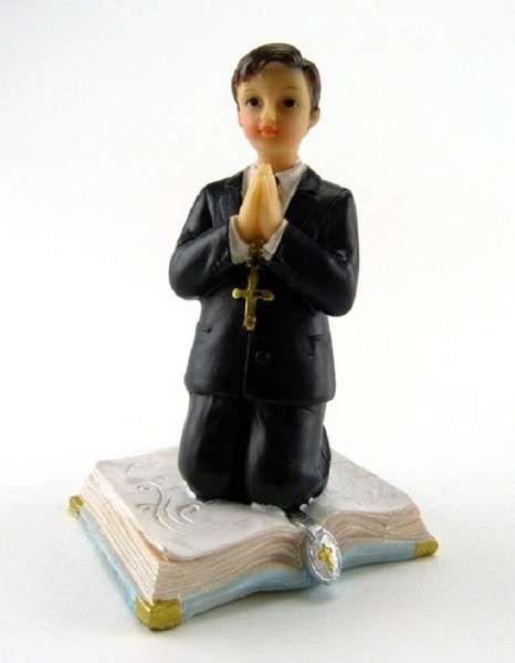 Tortenfigur Kommunion Junge im schwarzen Anzug auf Bibel kniend